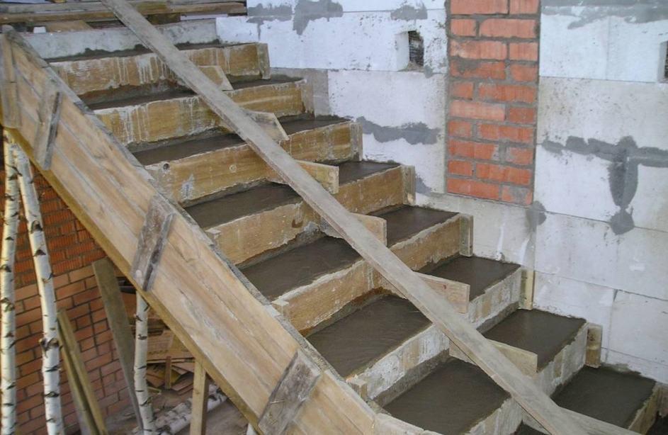 Заливка лестницы бетоном