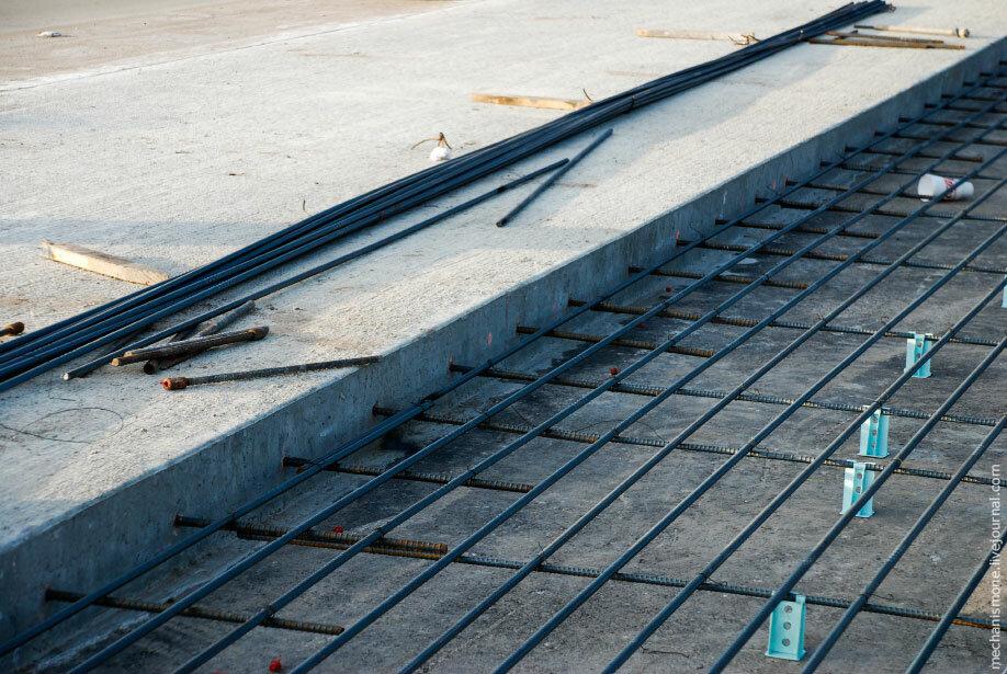 Укладка арматуры при строительстве дороги