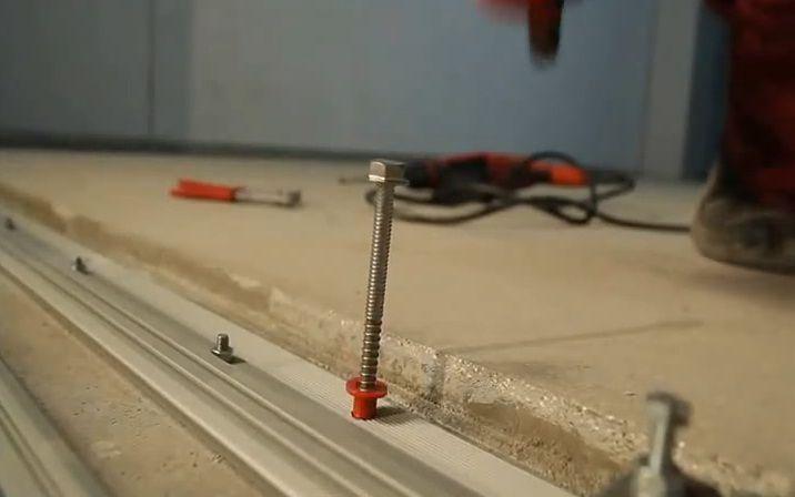Закрепление алюминиевых профилей деформационного шва дюбелями