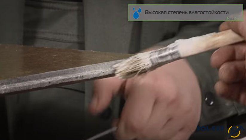Перед укладкой плит клей наносят кистью на торцы