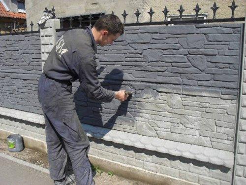 Перед тем как нанести краску на забор его покрывают грунтовкой