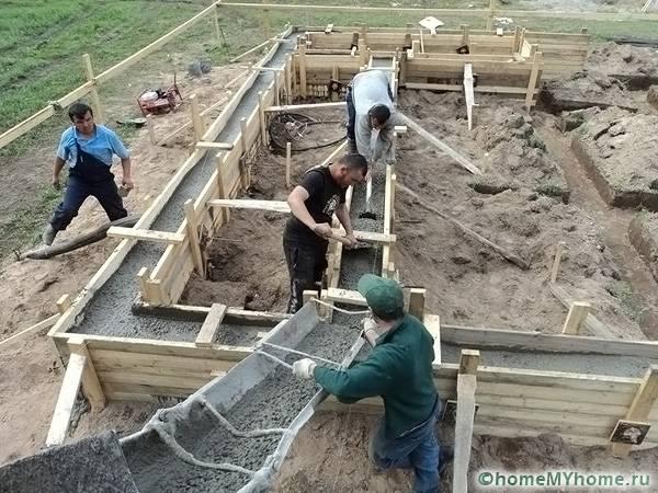 Заливать бетонный раствор удобно через устройство округлой формы