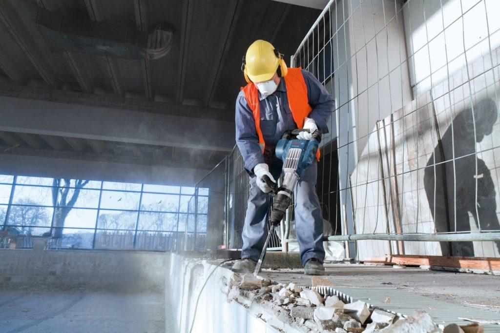 3-Demontazh-betona-i-drugih-materialov-otboynyimi-molotkami