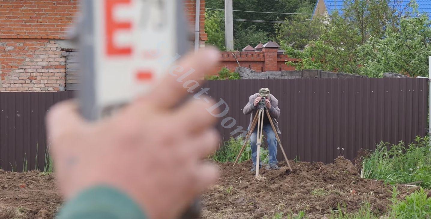 Измеряем уровень и перепад высот грунта на участке