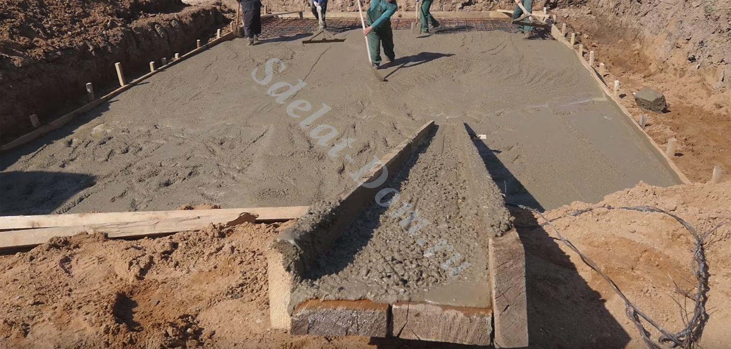Распределяем весь бетон по поверхности