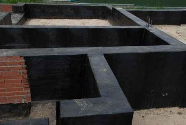 Фундамент, обработанный мастикой с обоих сторон