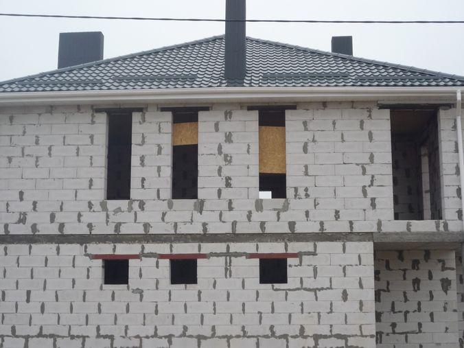 В данном примере дом сделан с узкими окнами