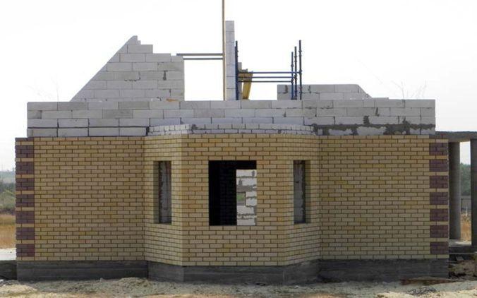 Чаще всего газосиликатные стены облицовывают кирпичом