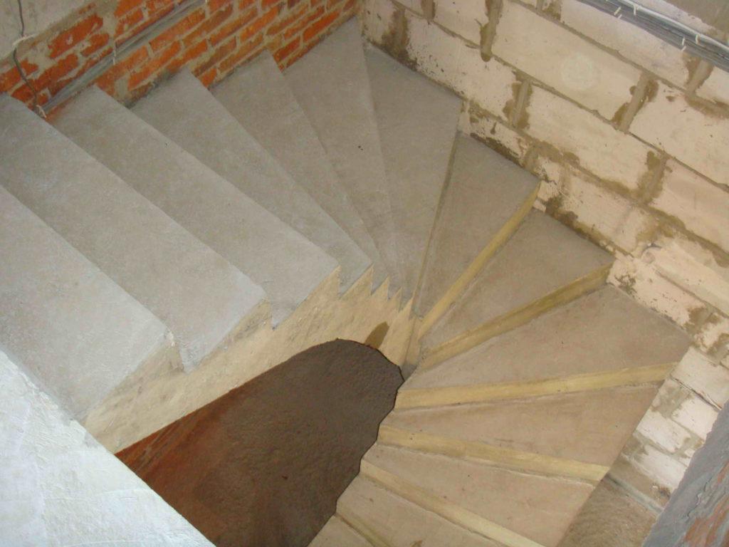 Бетонная лестница с забежными ступенями