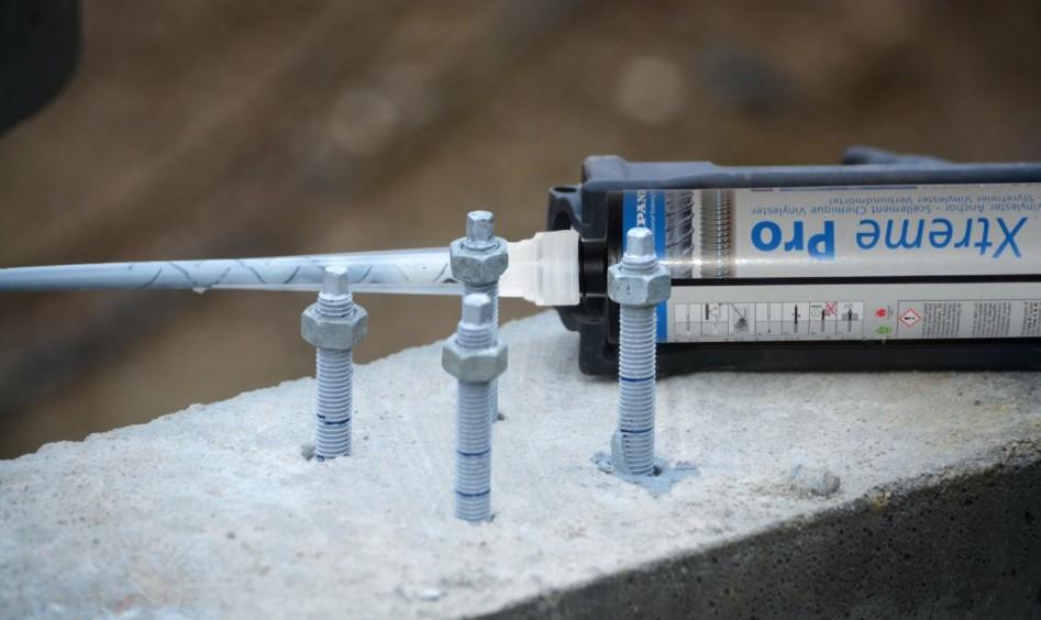 Монтаж болтов анкерного типа может выполняться в различные конструкции, материал изготовления которых должен отличаться достаточно высокой прочностью