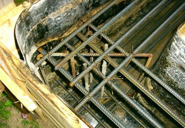При работе над созданием арматурного каркаса, который будет устанавливаться в углу, необходимо согнуть один конец элемента и увести его в одну стену, а вот второй конец должен уходить в другую стену