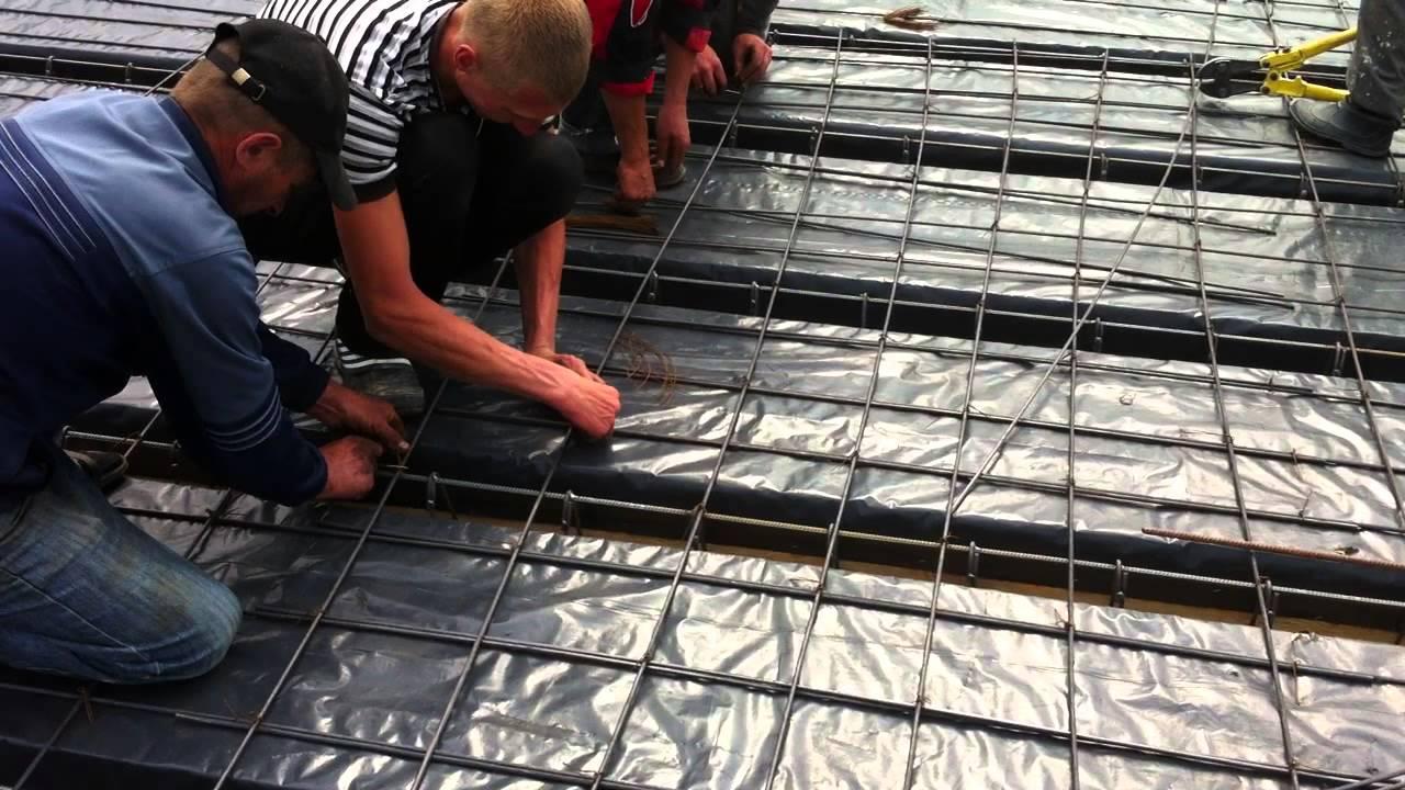 Одним из самых надежных типов фундаментов сегодня считается монолитный в виде бетонной плиты, который заливается в предварительно устроенный котлован