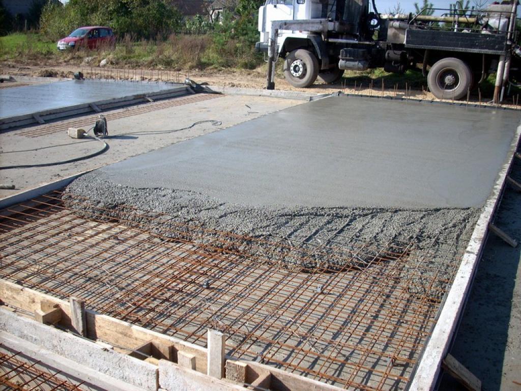 Для этого при заливке выполняется армирование конструкции с использованием стальных рифленых и гладких прутов, расположение которых указывает специальная схема