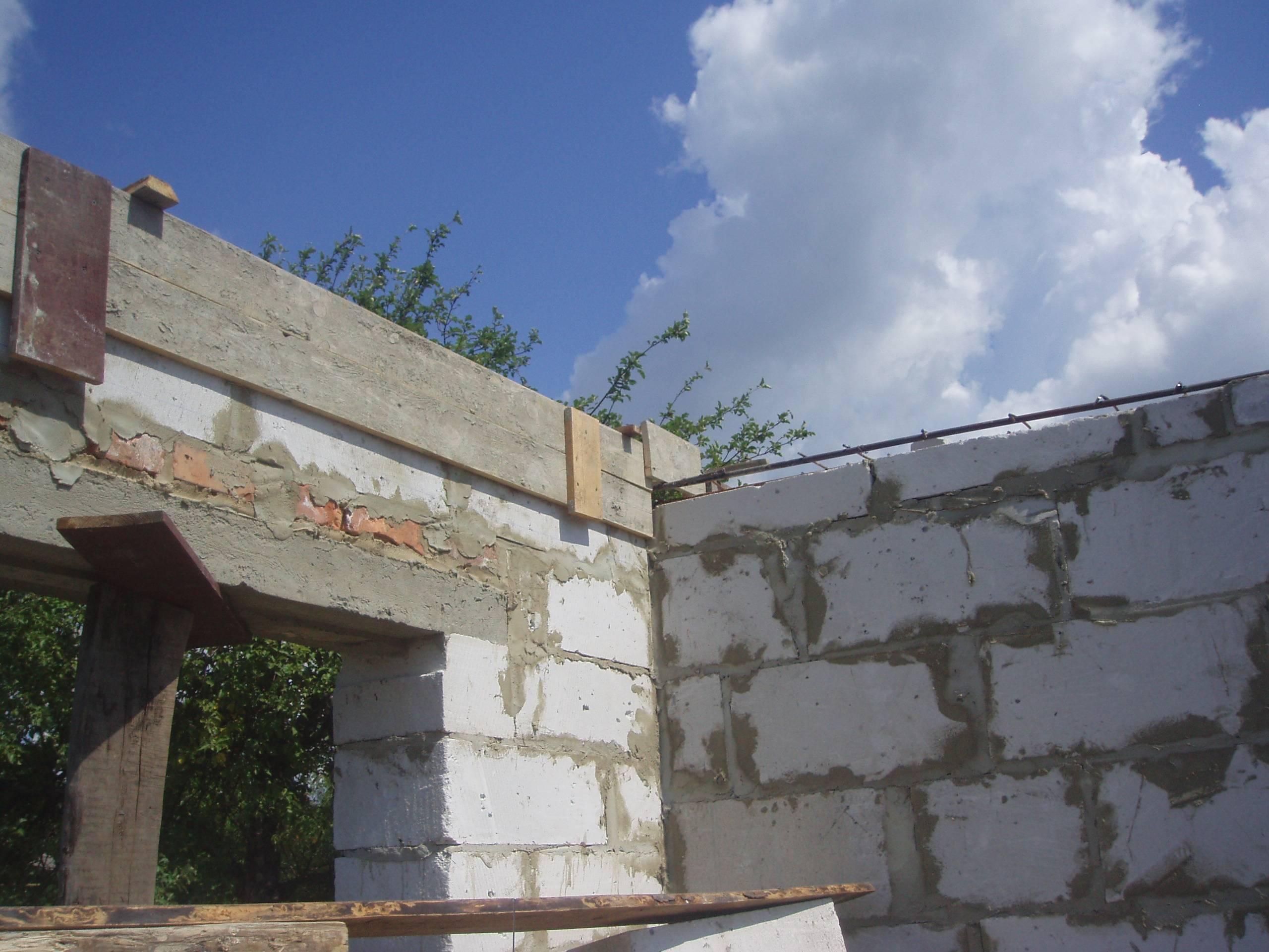 Заливка армированного пояса выполняется в фундаменте, под плиты перекрытия и под мауэрлаты (опорные балки стропил)