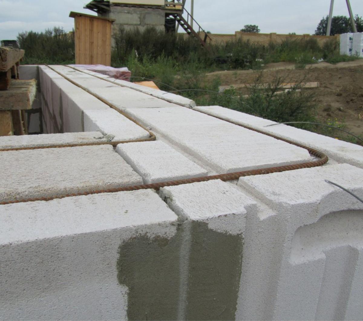 Как известно, он укладывается поверх кирпича и препятствует, в первую очередь, деформации конструкций стены, которая может произойти вследствие движения грунта, а также при его усадке