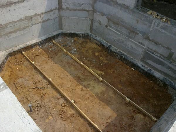 Глинистый грунт с преимущественным содержанием песка нужно выравнивать и утрамбовывать