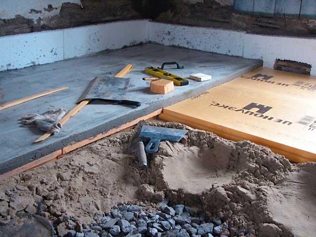 Гидроизоляция обеспечивает прочность раствору, не выпуская бетонное молочко из смеси в землю, изолирует черновую стяжку от влаги