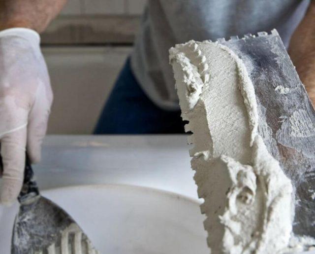 Шпатели разных размеров – тут стандартно, используйте то, чем привыкли штукатурить обычные стены
