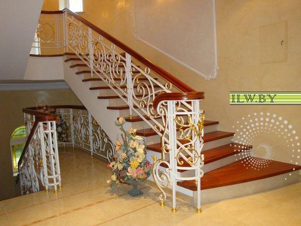 Лестницу из бетона можно декорировать натуральным деревом или камнем, органично и красиво будет смотреться кованное ограждение