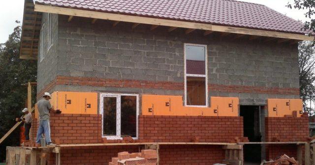 Противники строительства из керамзитобетонных блоков намекают на довольно высокие затраты именно связанные с отделкой дома