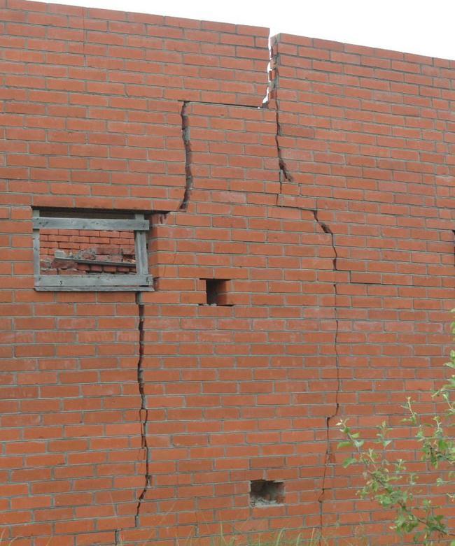 Трещины стены от осадки основания