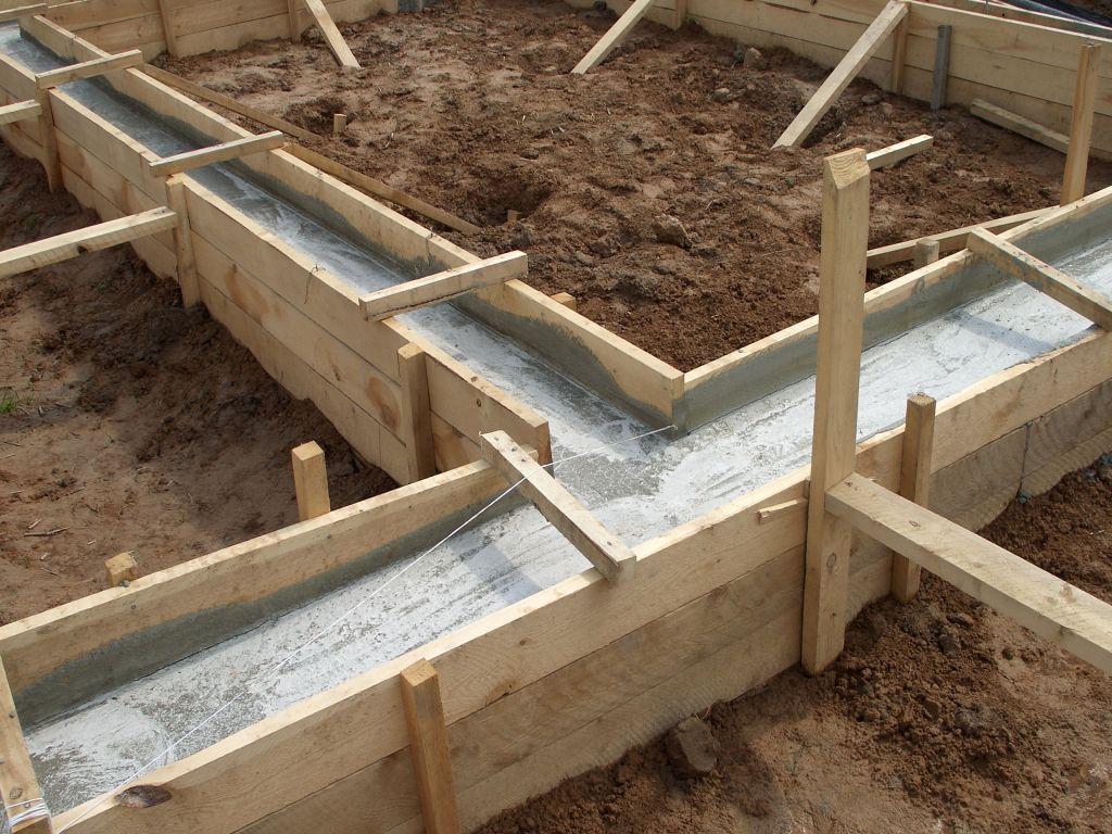 В противном случае глина может повести себя неожиданно, довольно быстро превратив заглубленный фундамент в наземный