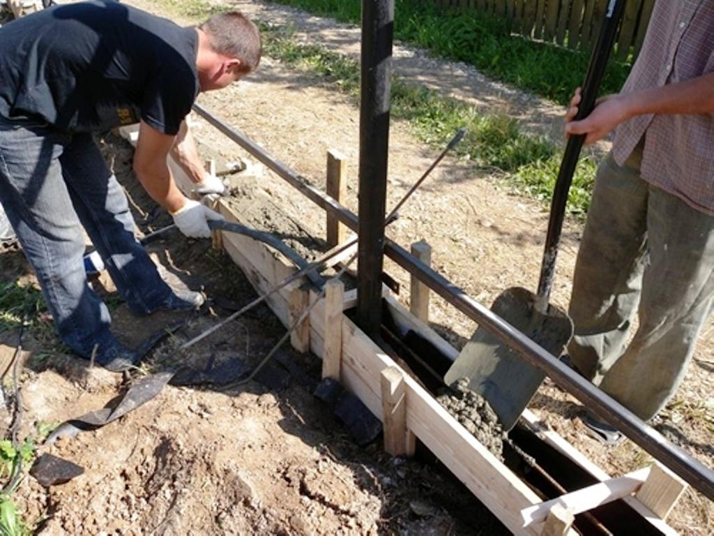 Комбинированный фундамент безо всяких проблем выдержит вес деревянного и кирпичного забора