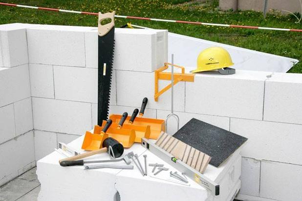 Несмотря на тщательную подготовку и наличие всех необходимых инструментов, следует обратить внимание на время начала строительства