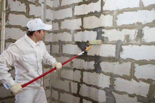 Грунтовать стены можно валиком