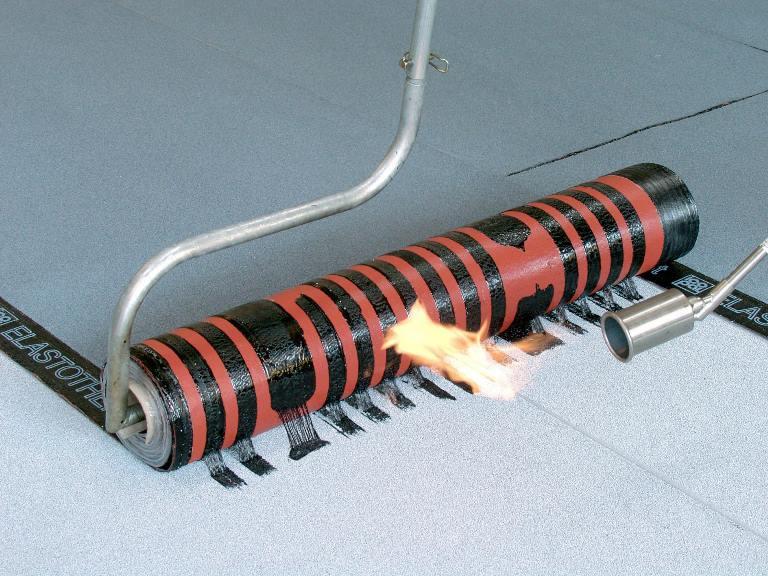 При работе с горелкой нужно быть осторожным, линокром легко воспломеняется