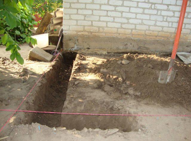 Цельный фундамент подойдет для дома, который простоял уже несколько лет