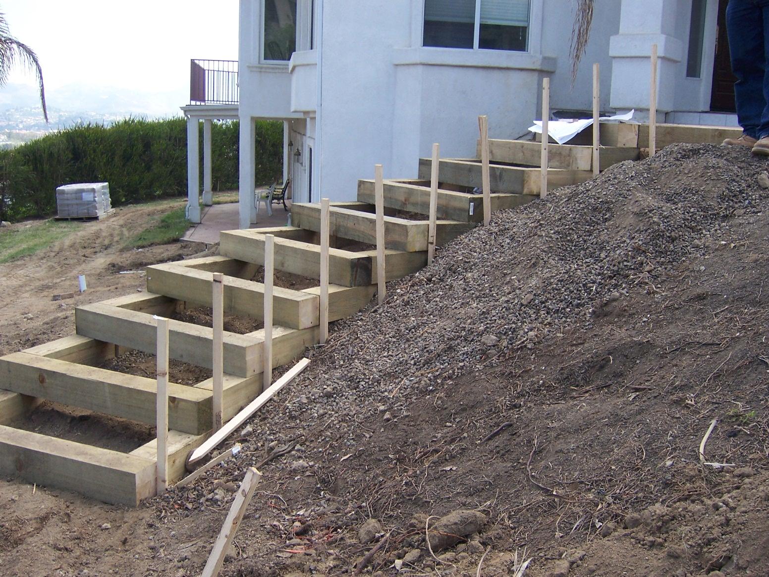 Создание песчаной подушки толщиной до 5 см или равной толщине стяжки