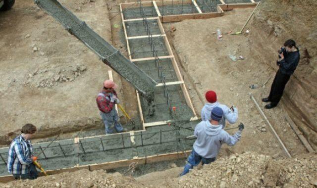 В строительстве многоэтажных зданий с применением сборного железобетона либо монолитного возведения необходимо использовать марку бетона под лентончый фундамент М300 - бетон B25 и выше