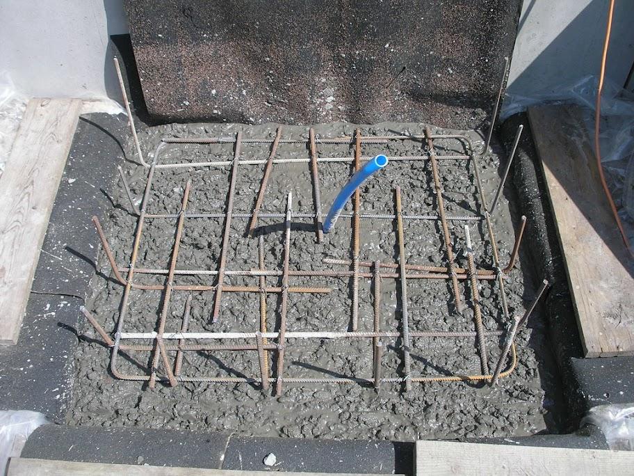 Песчаный слой следует постепенно смачивать водой и хорошо утрамбовывать с помощью специального оборудования