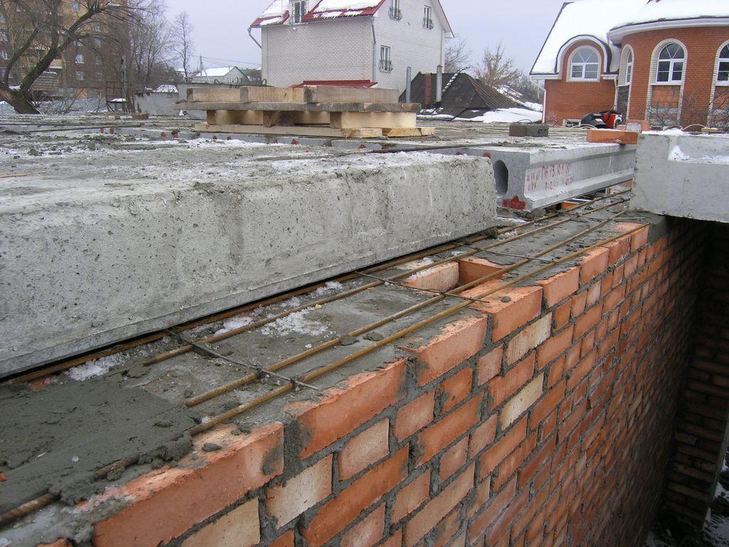 После того как стены выгнаны на необходимую высоту, и их уровень выровнен практически идеально, можно приступать к обустройству монолитной плиты перекрытия