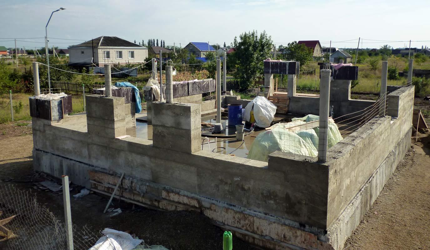 Часто используют газобетон и бетонный каркас. Строят здания любых размеров и сложности