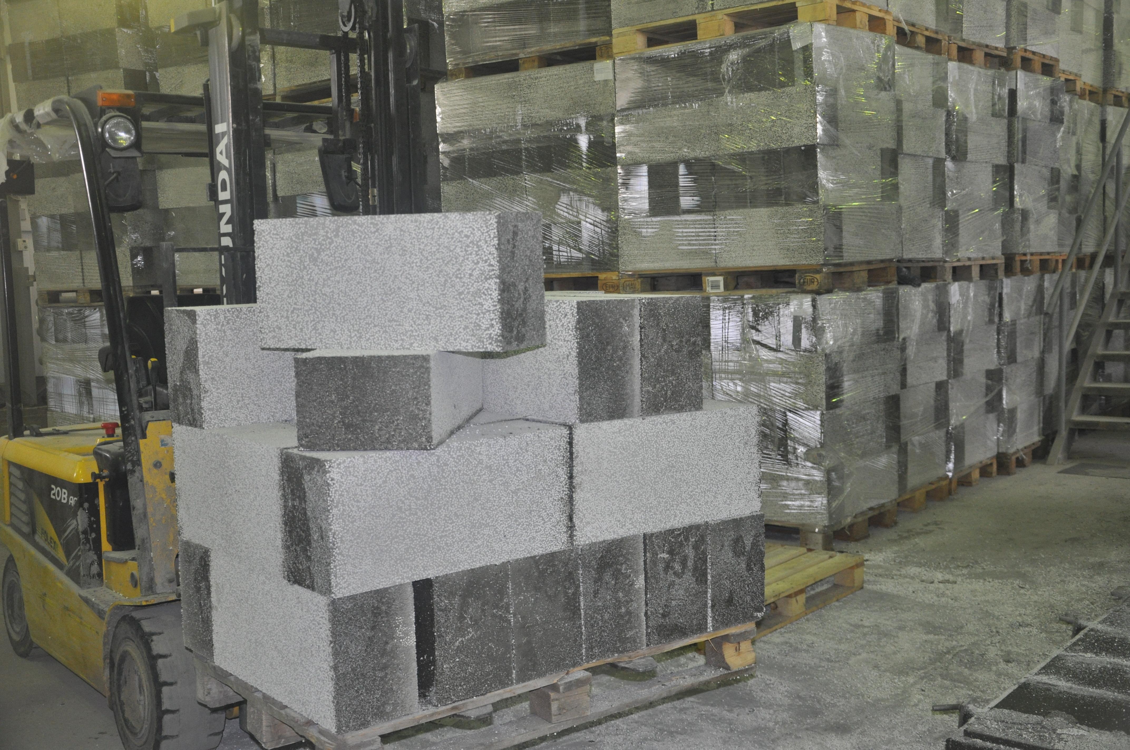 Повышенная прочность на сжатие позволяет использовать при строительстве изделия с меньшим объёмным весом