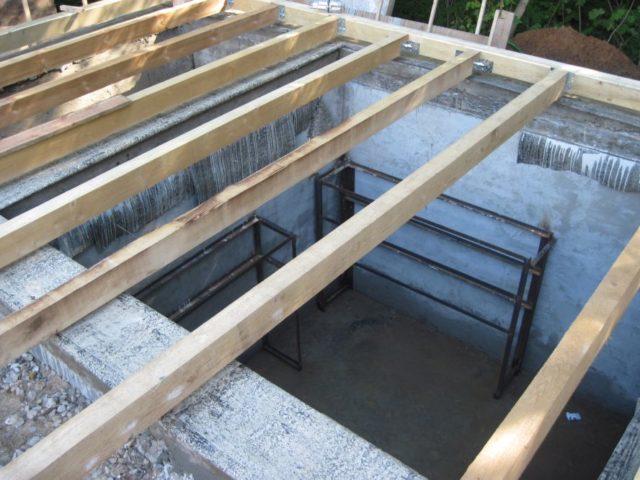 Перекрытие по своему размеру должно превышать габариты помещения, потому что стены погреба будут являться его опорами