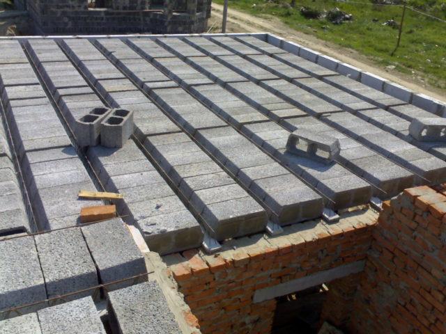 Потолок в доме из пеноблока или газобетона может состоять из сборных плит, которые производятся в промышленных условиях