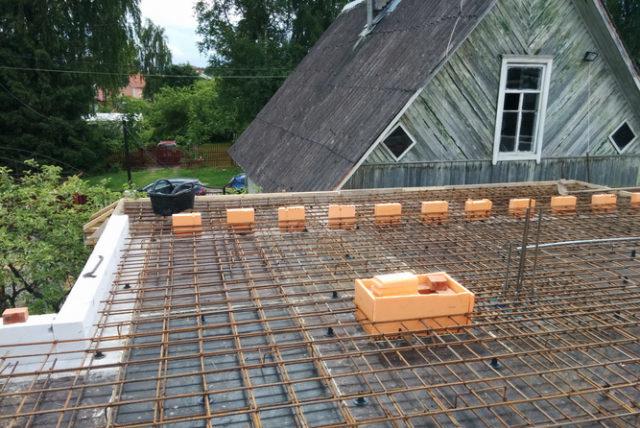 В качестве перекрытия для дома из пеноблоков широко применяются монолитные основы