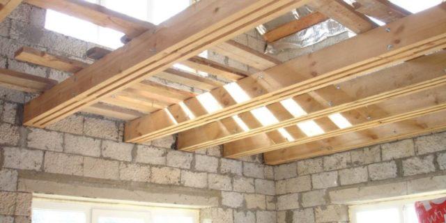Перекрытия дома из вспененных блоков могут быть выполнены с использованием деревянных или металлических балок