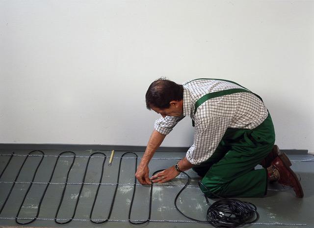 Процесс укладки нагревательного кабеля