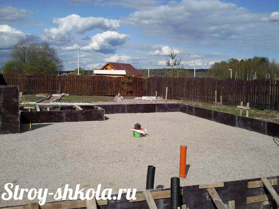 Создание подушки из песка и гравия для фундамента из плит