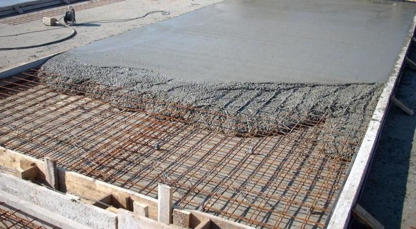 Учитывайте, что трещины могут появляться не только от избытка в составе смеси воды, но и от избытка в ней цемента