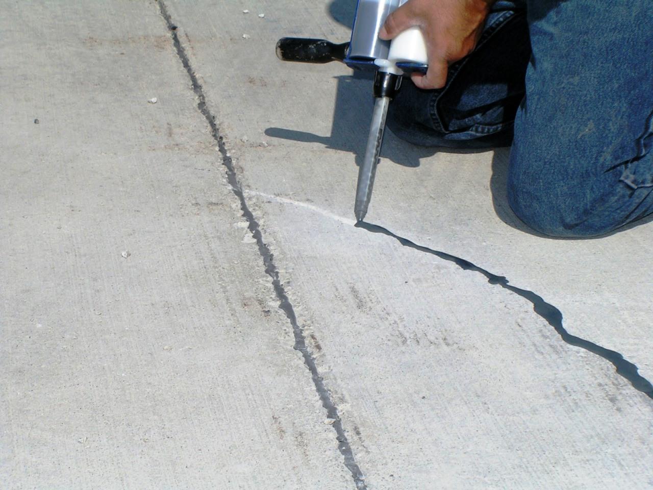 После заделки трещин цементным раствором обработанную поверхность нужно тщательно загладить щеткой
