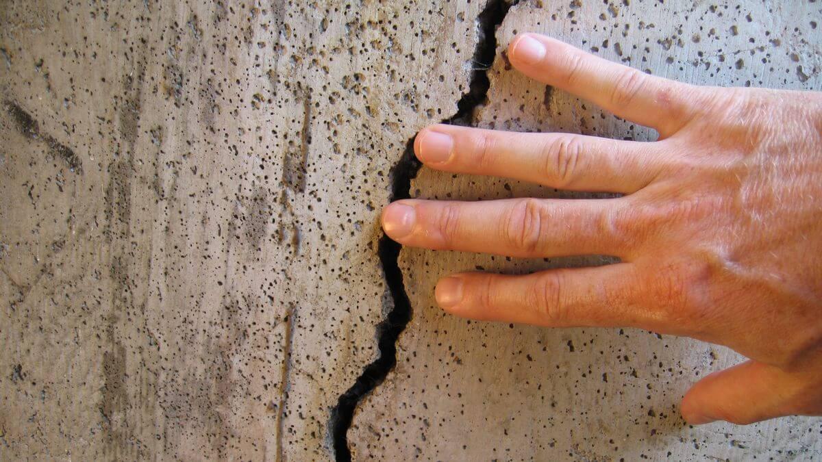 Трещины в бетоне могут появиться по целому ряду причин