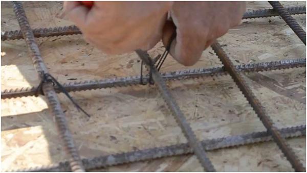 Вяжут арматуру проволокой с диаметром 0,8-1,3 мм
