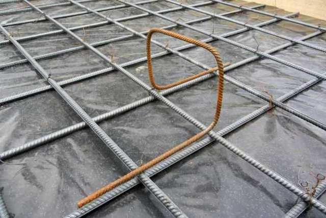 Вязка арматуры для плитного фундамента может осуществляться отожженной стальной проволокой Ø0,8-1,2 мм, пластиковыми хомутами с самозащелкивающимся замком