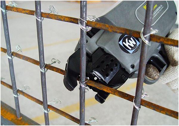Вязка арматуры производится ручным, механическим инструментом нескольких типов в зависимости от того, сколько нужно скрепить хлыстов за смену