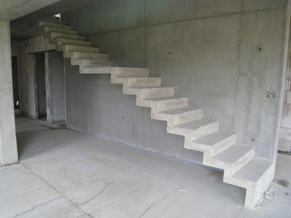 Монолитная бетонная лестница обладает высокой прочностью, что означает ее долгий срок использования